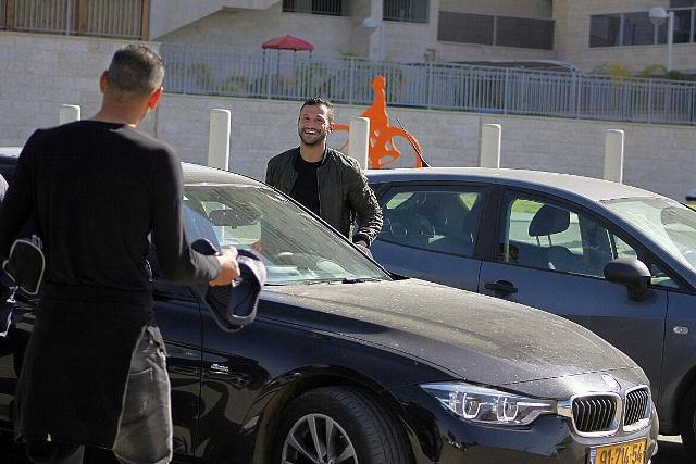 מוחמד גדיר ליד הרכב. השאיר אותו מונע והתניע צחוקים