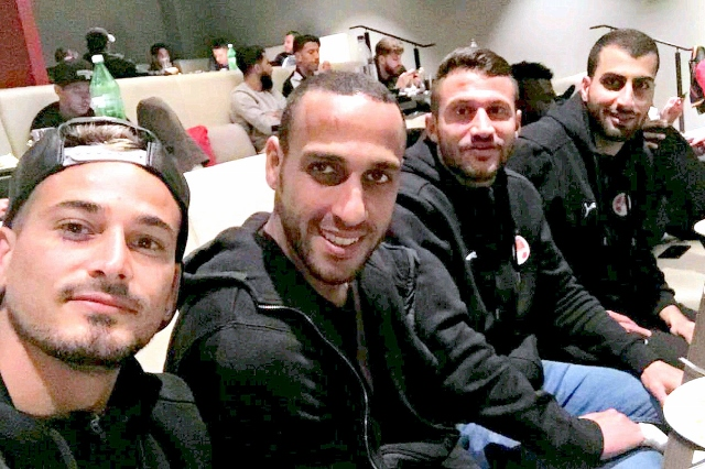 חיוכים לפני הפיצוץ מול מכבי חיפה. בוזגלו והחברים