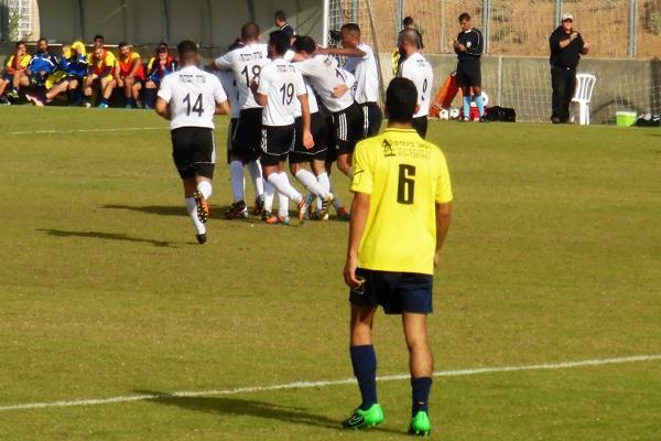 שחקני מ.ס חוגגים את שער הניצחון של פלס