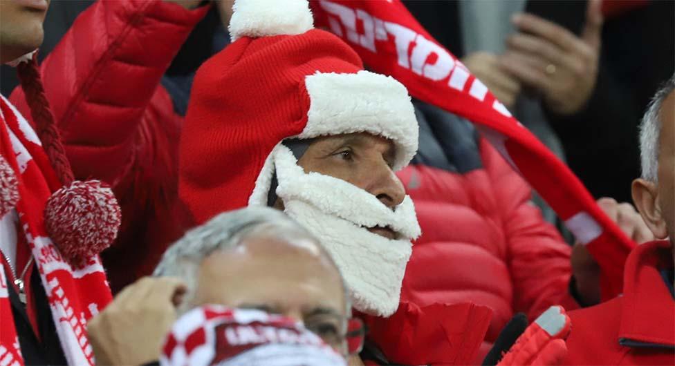 אוהד לבוש כסנטה קלאוס