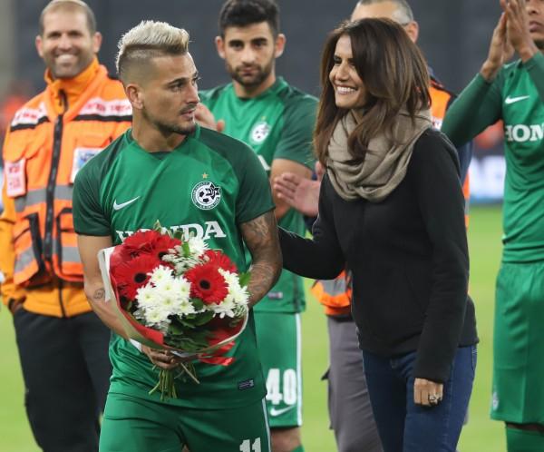 אלונה ברקת מעניקה פרחים לבוזגלו לפני המשחק. | צילומים: דני מרון
