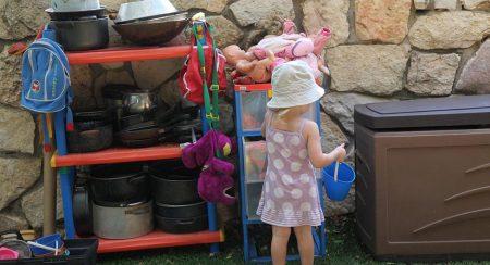 ילדה בגן