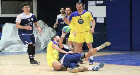 מאבק על הכדור גם ברצפה