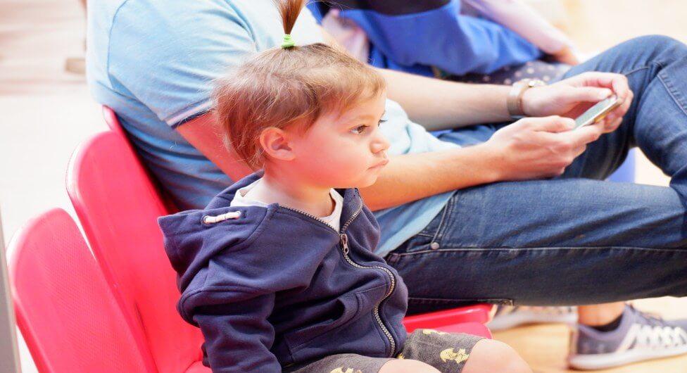 צופה צעיר מרוכז במשחק