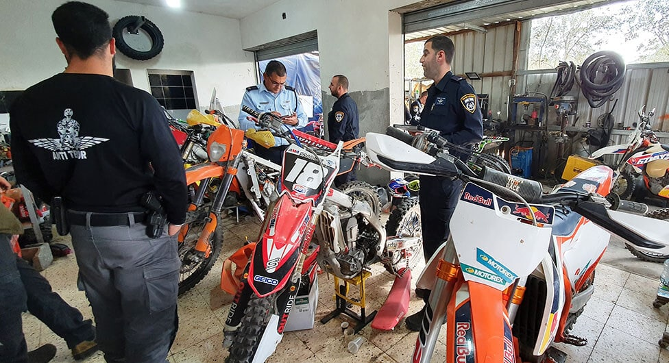 אופנועים מזויפים במוסך בתל שבע