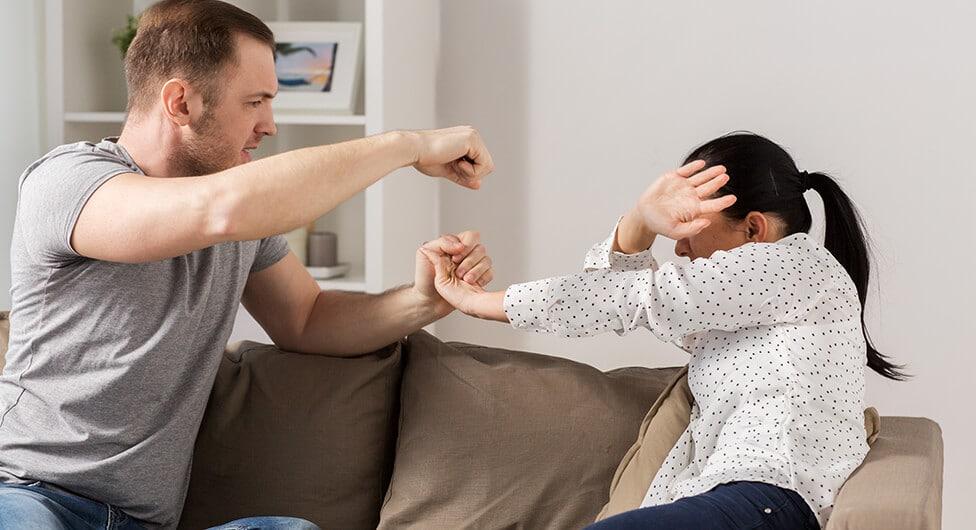 צעירה הותקפה על ידי בני משפחה אחת והוריה