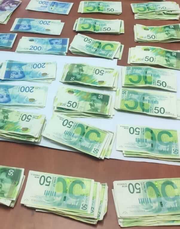 צפו: שטרות כסף פוזרו בכביש, רכבים עצרו ואספו אותם